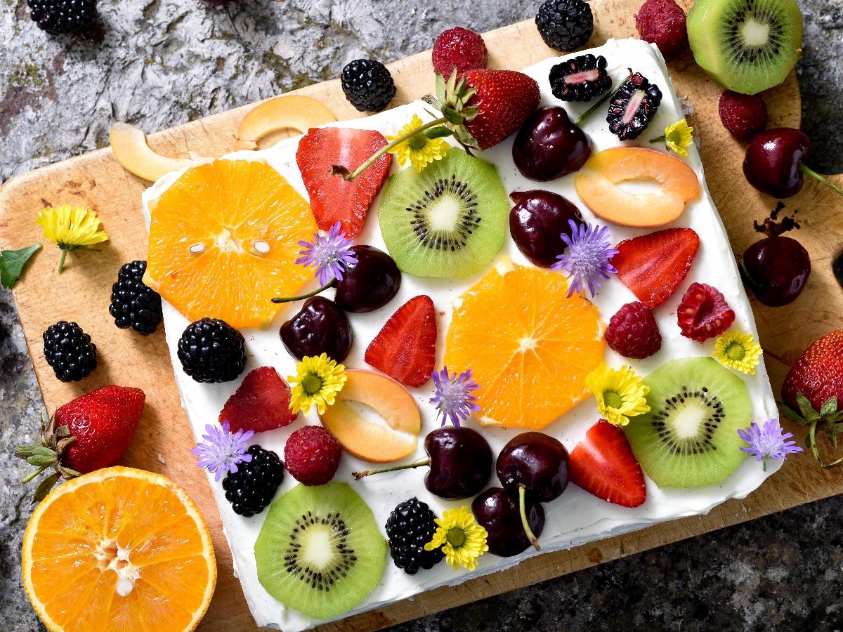 Počitniška kuharija: Zložena torta s piškoti in sadjem Slika 1