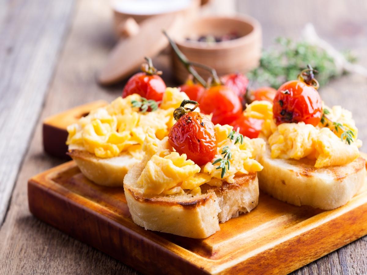 Bruskete z umešanimi jajci in pečenimi češnjevci Slika 2