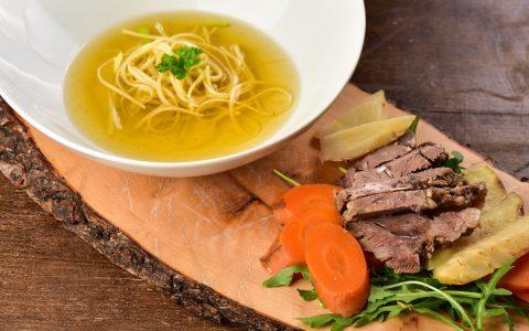 Goveja juha, kot jo pripravi Alma Rekić.