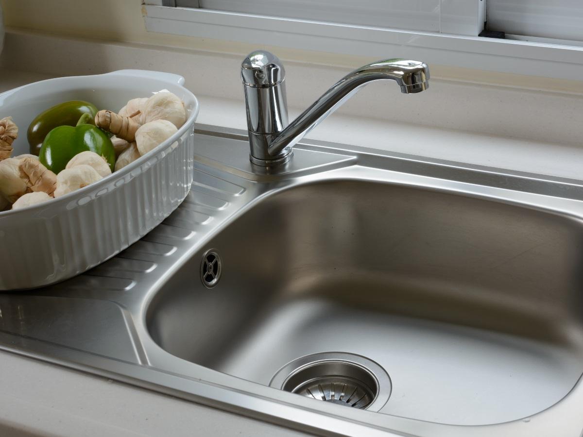 Kuhinjsko korito lahko preprosto zloščite z zobno pasto.
